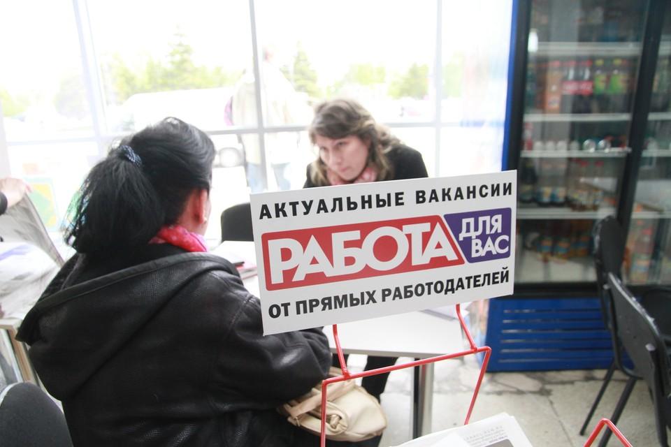 Люди с квалификацией на рынке труда и сейчас нарасхват, а вот на должности грузчиков стоят очереди.