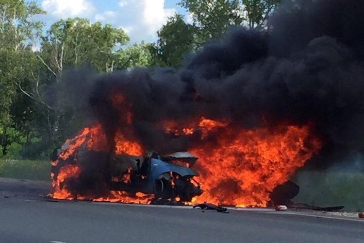 Автомобили вспыхнули после аварии.