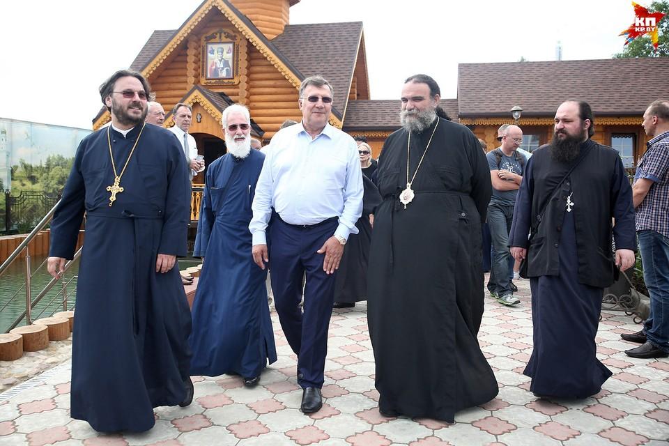 Вместе с бизнесменом на его родину приехали кипрские и питерские священники.