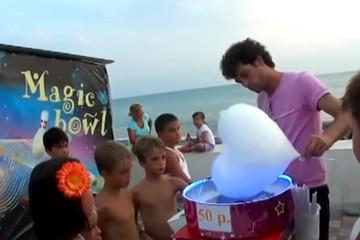 Продавец сладкой ваты устраивает шоу под Майкла Джексона