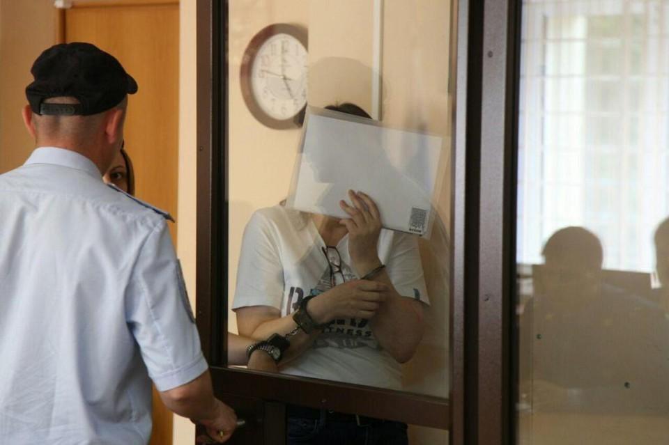 На суде бывшая учительница закрывала лицо листочком...