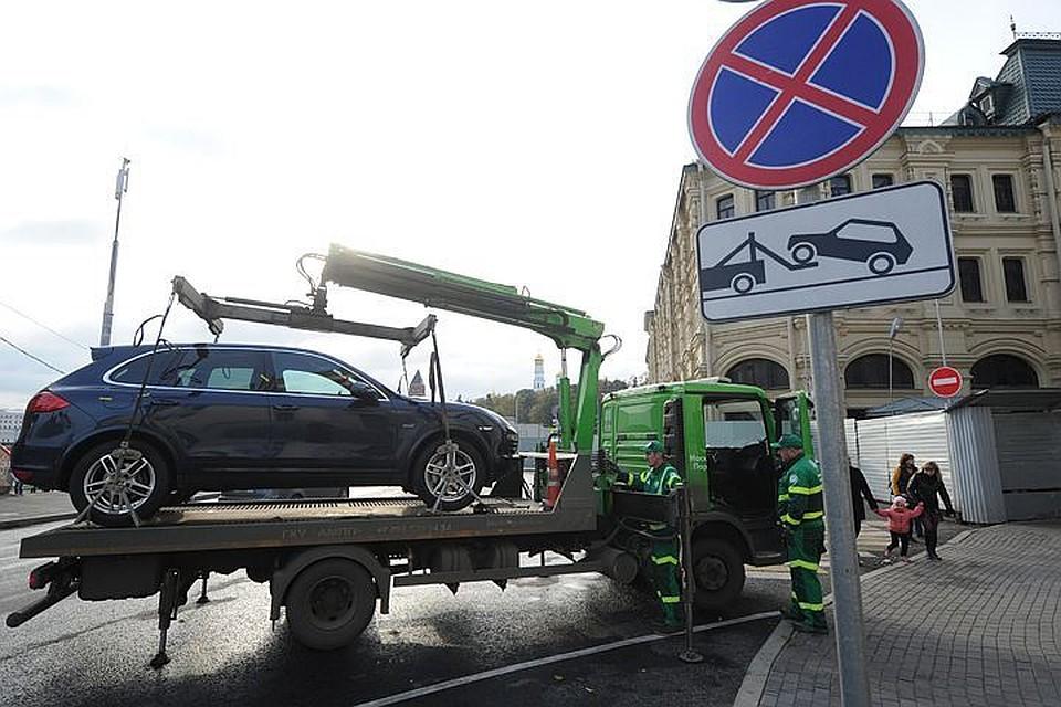 По новым правилам дорожный знак 3.27 «Остановка запрещена» устанавливают вместе с табличкой «Работает эвакуатор».