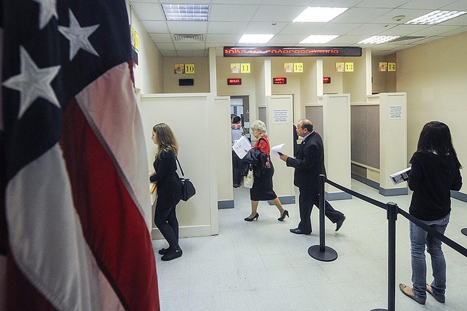 Во время регистрации в консульском отделе посольства США в Москве. Фото ИТАР-ТАСС/ Александра Мудрац