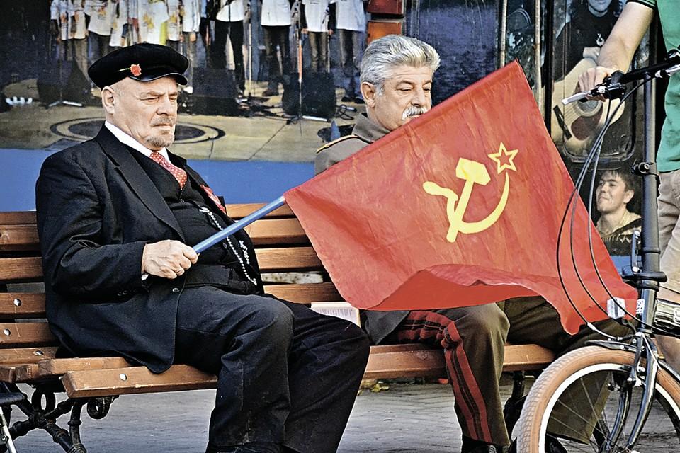 - А хорошо было бы жить при коммунизме: ни денег, ни долгов…