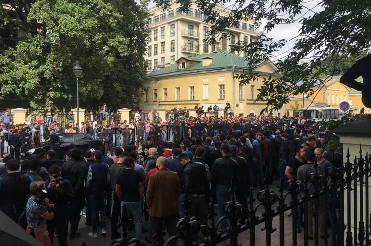 Возле посольства Мьянмы собрались сотни бородатых мужчин (по одним данным, их было около 800, по другим - до 2 тысяч).