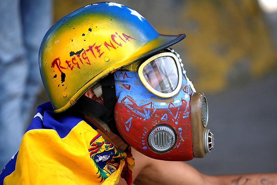 Участник антиправительственных беспорядков в столице Венесуэлы.