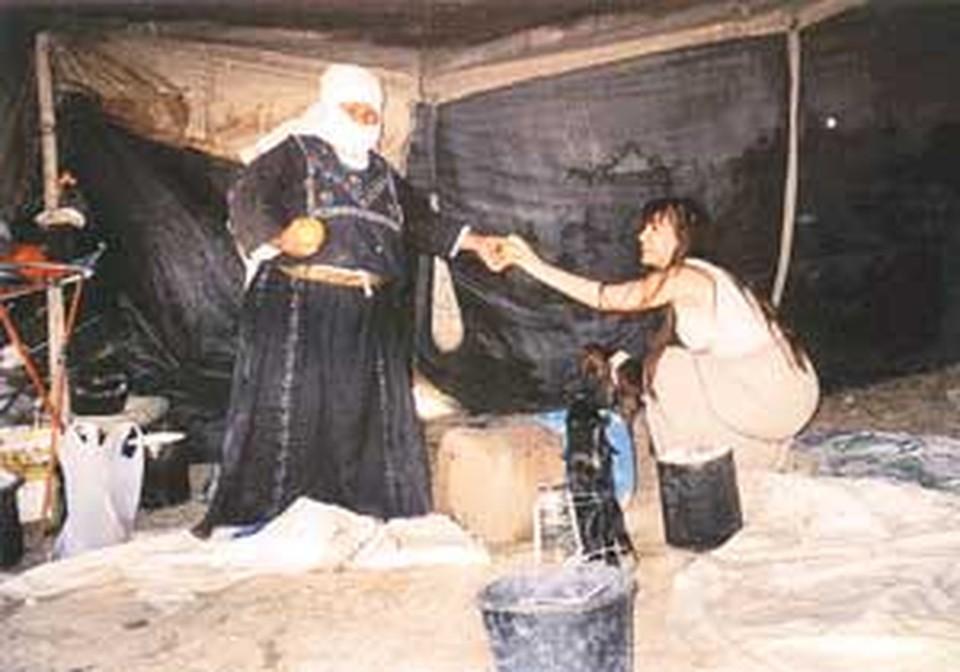 Наш корреспондент в бедуинской палатке. Этот снимок был сделан одной из рабынь в самом начале пути, когда было еще не страшно.