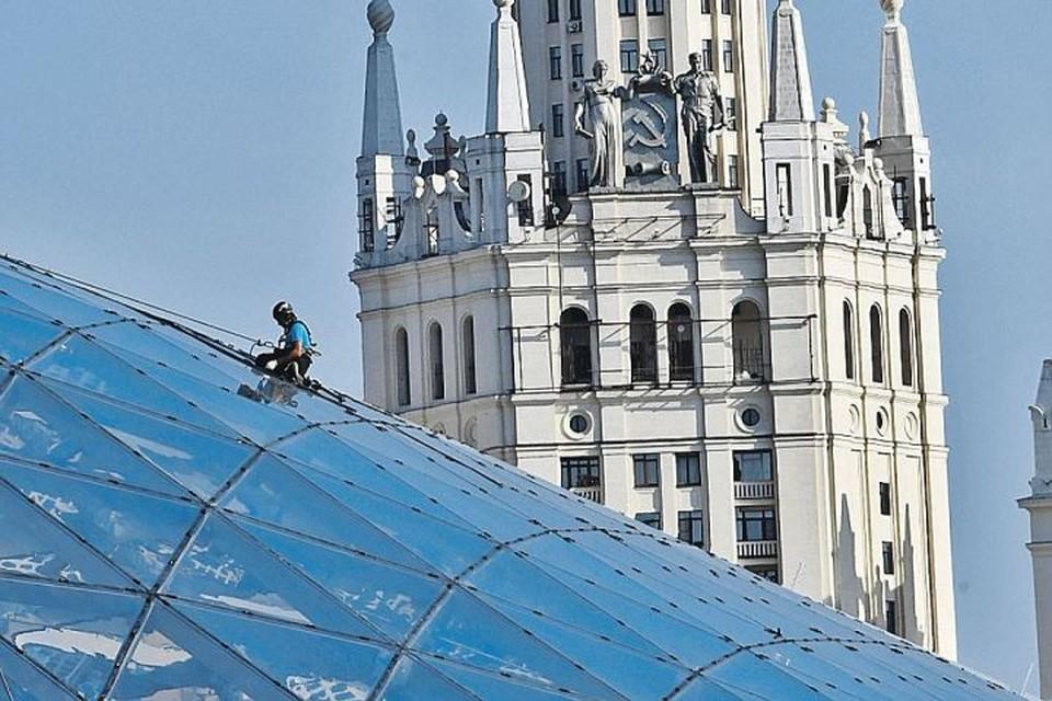 В стеклянную крышу над филармонией кто-то кинул камень, один из прозрачных треугольников весь покрылся трещинами