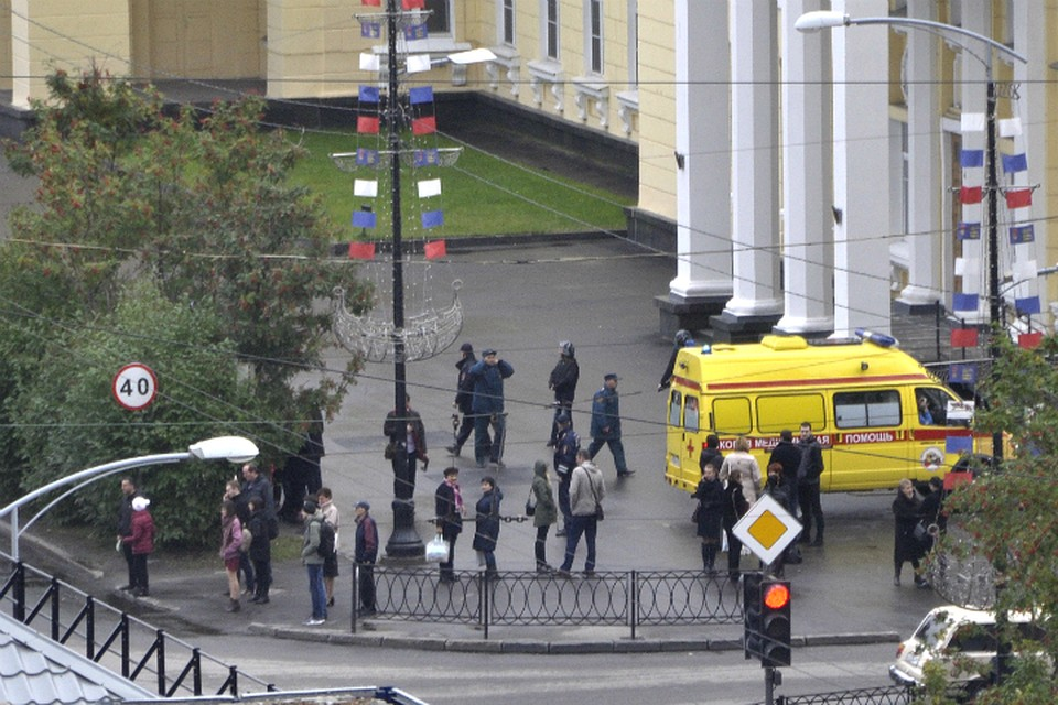 Сотни чиновников оказались на улице в разгар рабочего дня.