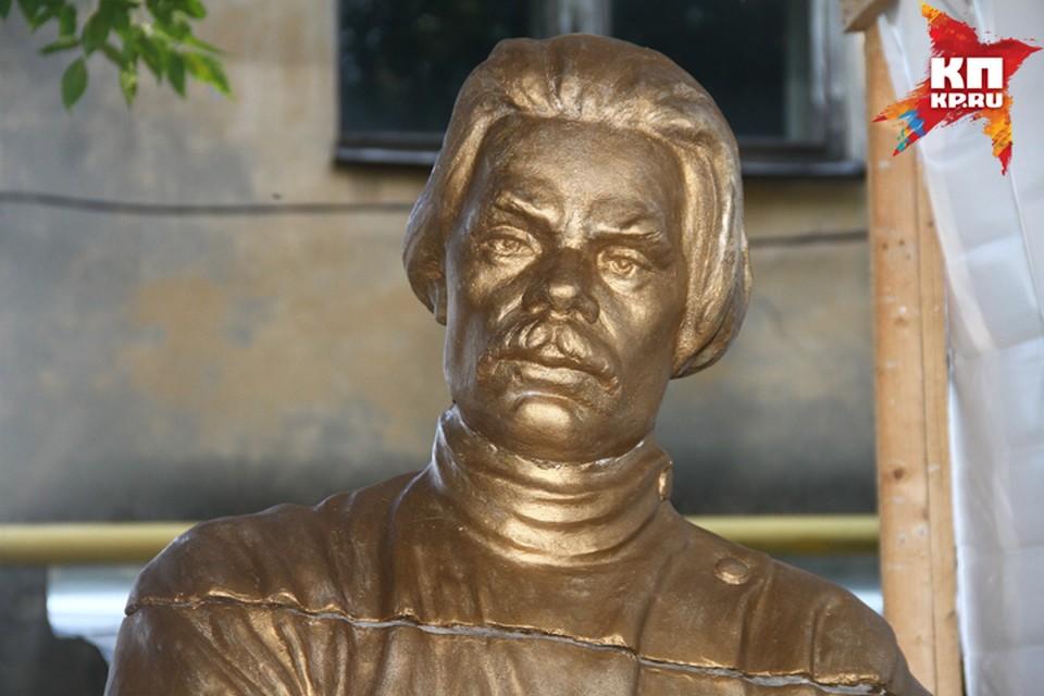 Памятник Максиму Горькому авторства Андрея Кикина был установлен в парке имени Кулибина в начале 1940-х годов.
