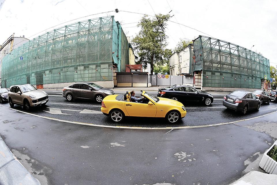 Скоро в самом начале Остоженки, на месте 6-го (слева) и 4-го домов, появится торгово-офисный центр. С парковкой, конечно.