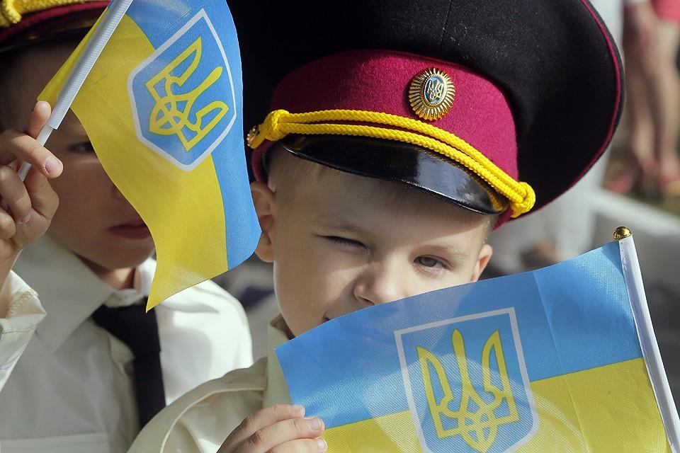 Линейка в честь Дня знаний в центре Киева. Украинский флаг в руках у воспитанника кадетского корпуса.