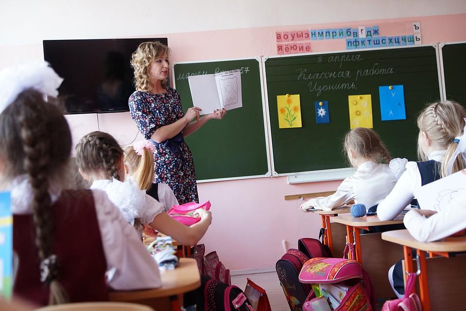 Смотреть раздевают прямо в классе