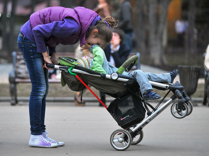 Размер пособия по беременности и родам для женщины, работающей в нескольких местах по совместительству, зависит от того, у каких работодателей трудилась будущая мама в предыдущие два года.