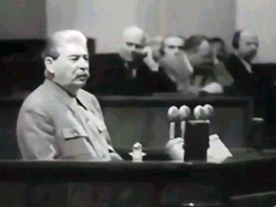 Иосиф Сталин во время выступления на трибуне 19-го съезда ВКП(б).