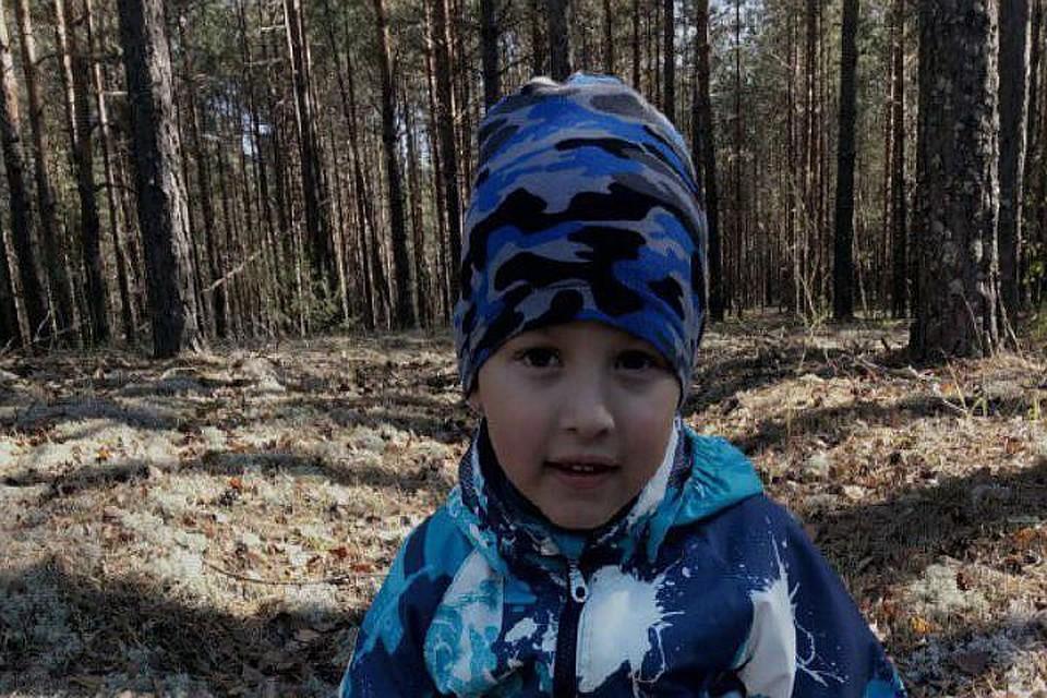 Русская девушка бьет парня в лесу