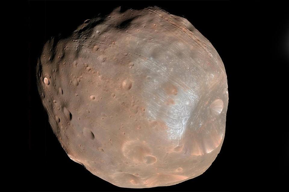 Выяснилось, что ситуация на спутнике Марса куда экзотичнее, чем на земной Луне.