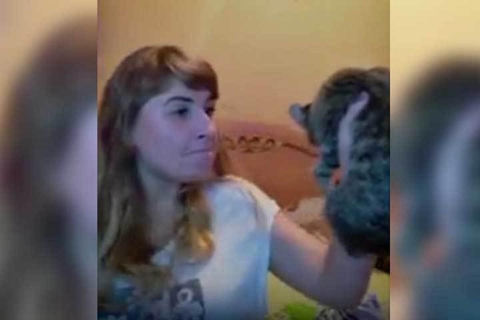 Девушка не только била кота, но и орала на него матом. Фото: стоп-кадр видео