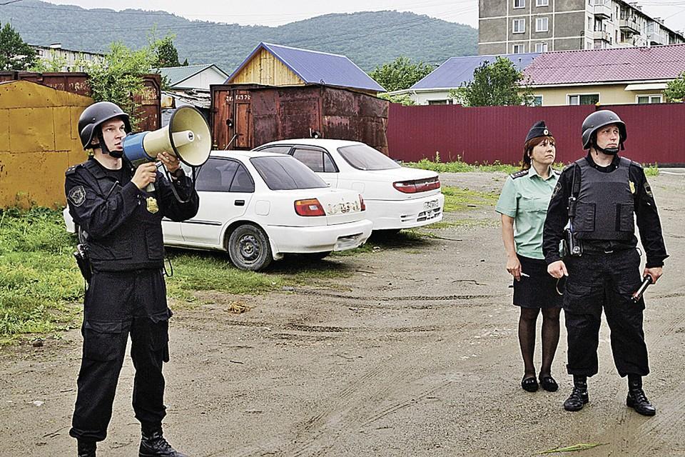 Пару лет назад хабаровских приставов вооружили мегафонами. Фото: Управление ФССП России по Хабаровскому краю