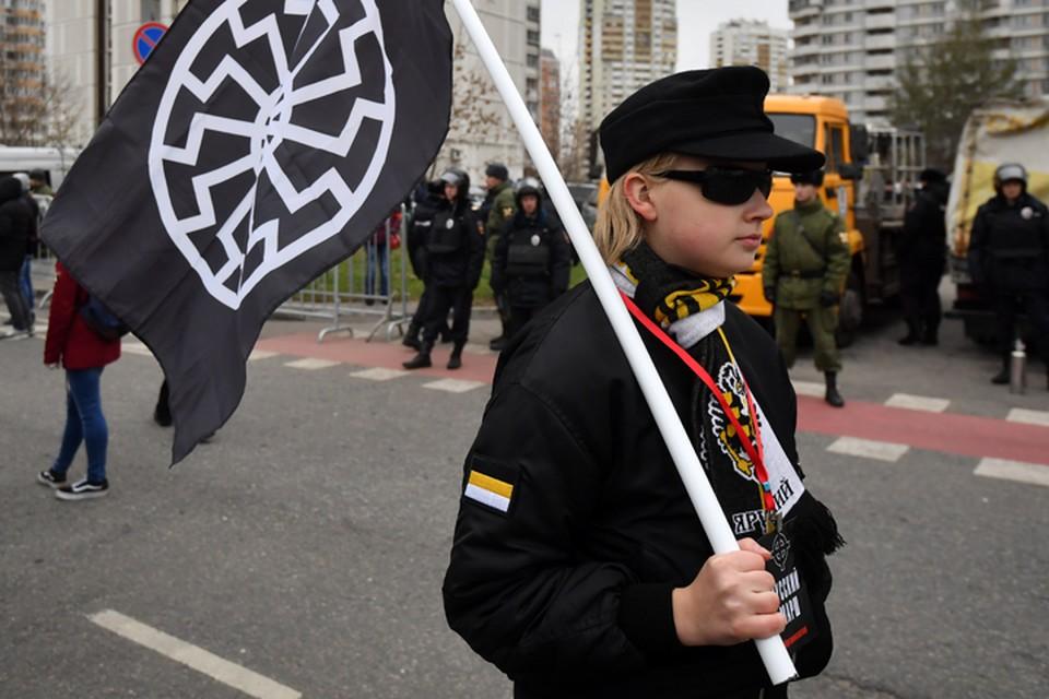 На действительно Русский марш эти молодцы, как и те, что ушли, закапризничав из за отнятых банеров, все таки не тянули