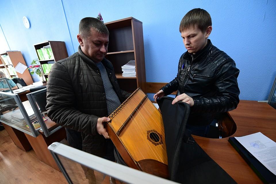Приставы во Владивостоке забрали у музыканта-язычника гусли за долги по алиментам