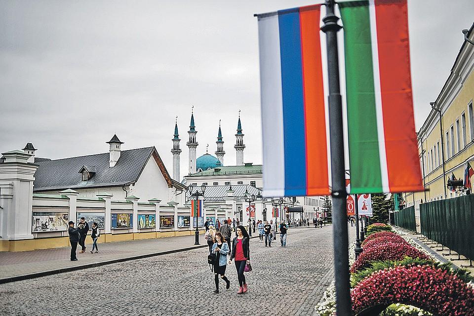 В Казанском кремле два государственных флага - России и Татарстана. И речь звучит на двух языках...