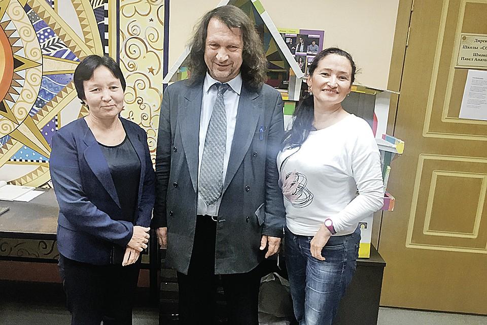 Директор лучшей казанской школы Павел Шмаков вместе с учительницами татарского языка. Шмаков отказался их увольнять посреди учебного года.