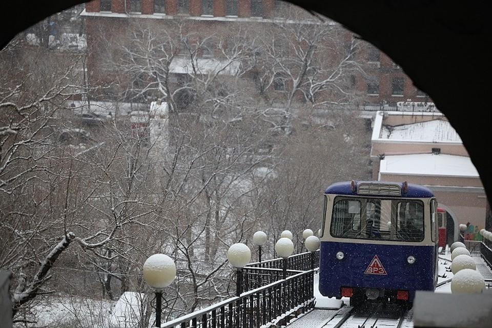 Первый снег во Владивостоке вызвал дорожный коллапс