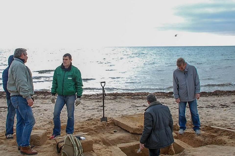 На крымском пляже прохожий случайно обнаружил древнюю могилу
