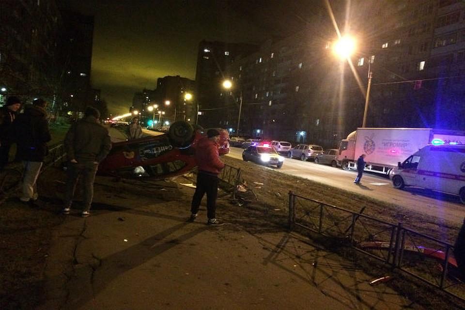 Картинки по запросу В Петербурге на большой скорости перевернулось такси и вылетело на тротуар