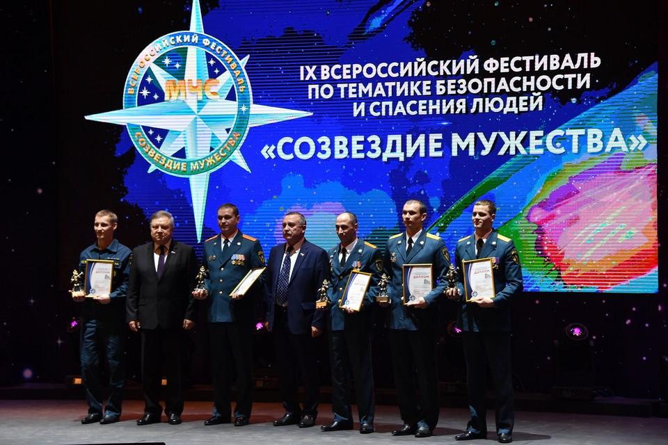 Лучшие сотрудники МЧС получили заслуженные награды.