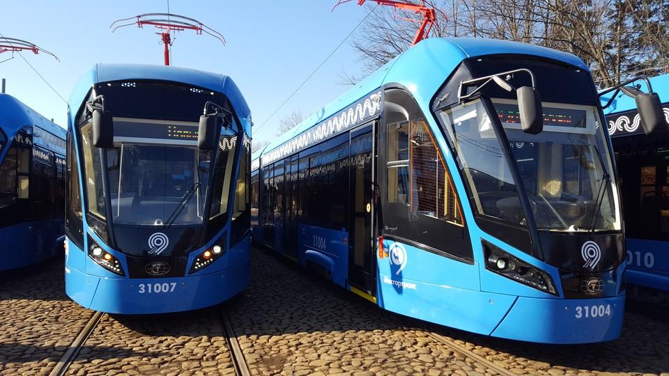 Камера переднего вида установлена за ветровым стеклом - прямо над эмблемой московского транспорта.