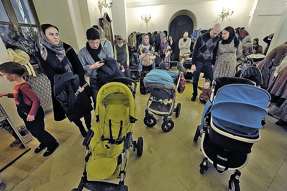 Такие картины в православных храмах - не редкость. Женщины приходят в храмы поблагодарить Бога за младенцев.