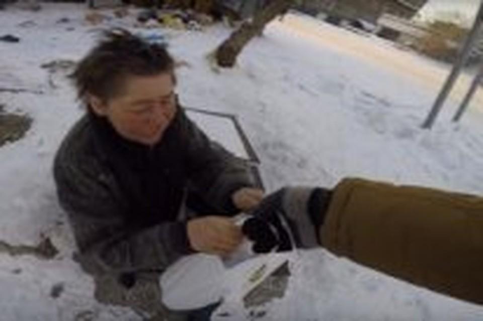 Подросток из Бурятии выкладывает в соцсети видеоролики, как кормит бомжей ради «лайков»