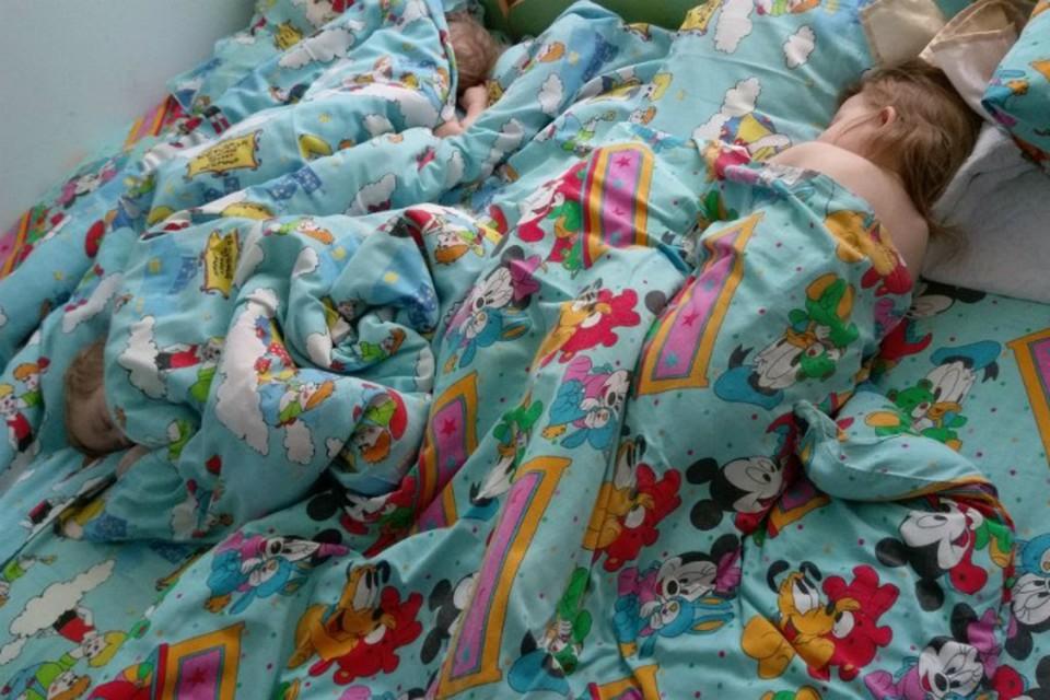 Аксяновы впервые спят в садике.