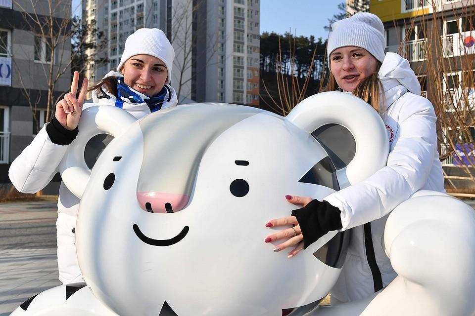 Наши конькобежки Наталья Воронина и Ангелина Голикова с талисманом Олимпиады - белым тигром по имени Сухоран.