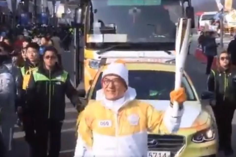 Джеки Чан пронес Олимпийский огонь перед открытием Игр в Пхенчхане