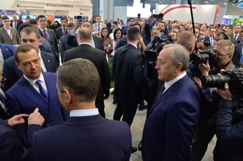 Дмитрий Медведев у стенда Саратовской области на форуме в Сочи.