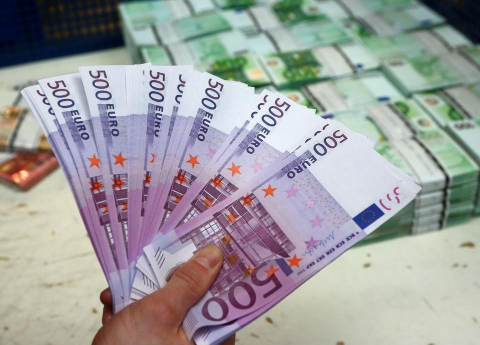 Рубль снизился к доллару и вырос к евро