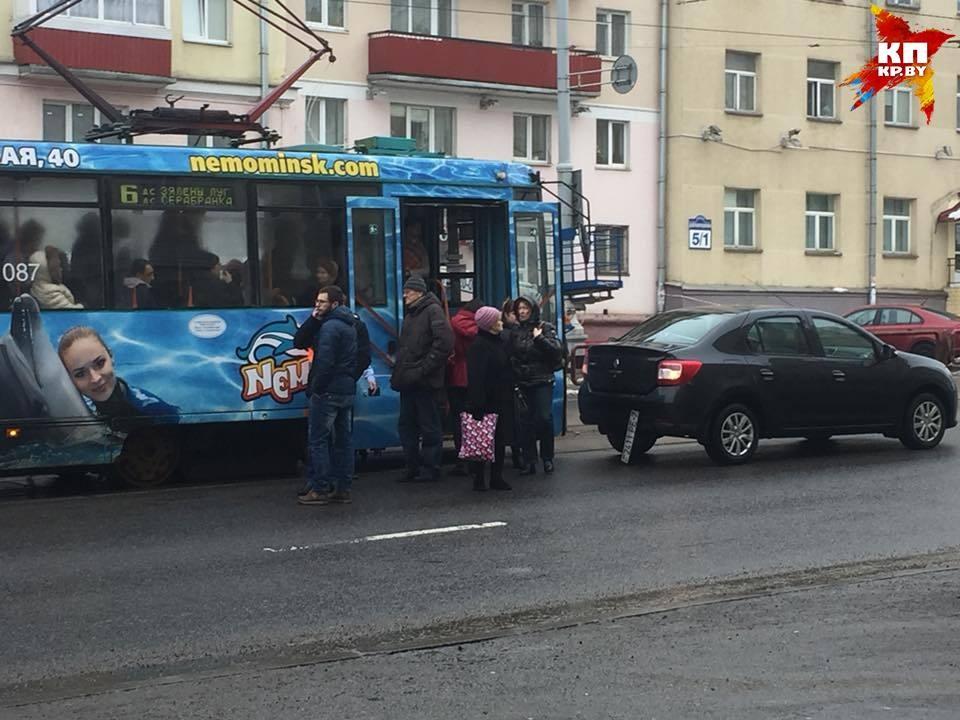 Легковушка подрезала трамвай: движение в Серебрянку приостановлено. Фото: Микита НЕДАВЕРКОВ.