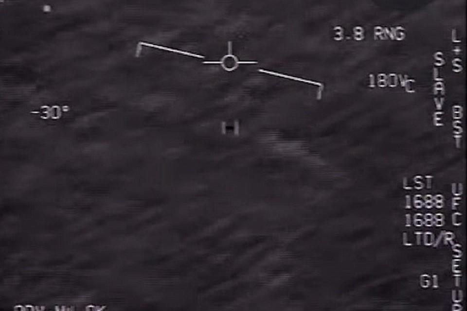 НЛО в прицеле (квадратик в центре) американского истребителя.