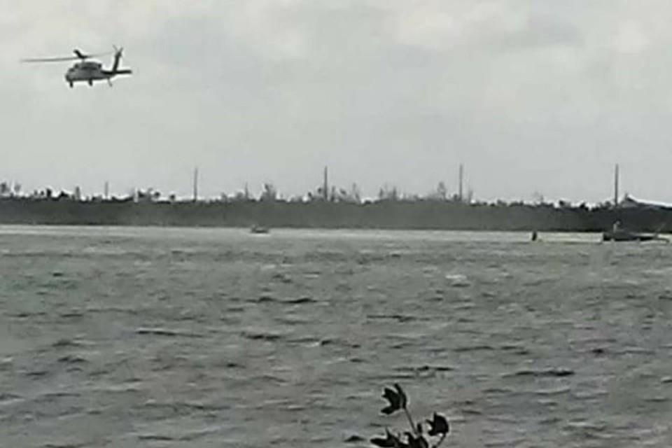 Спасательный вертолет над местом крушения истребителя ВМС США во Флориде