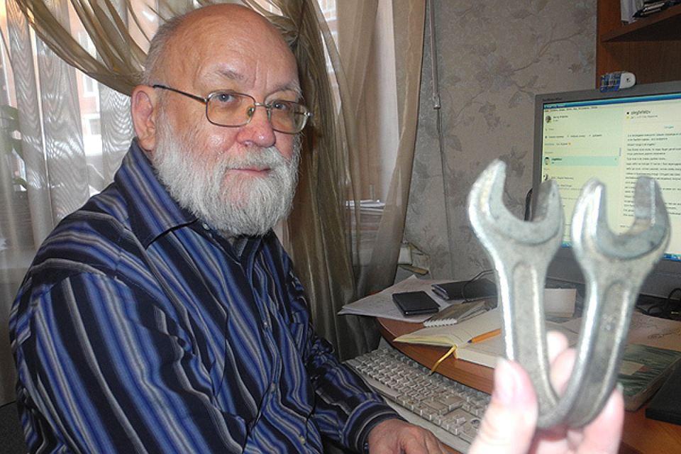 Виктор Фефелов, исследователь полтергейстов. Демонстрирует ключ, который, по его мнению, человеку так не согнуть.