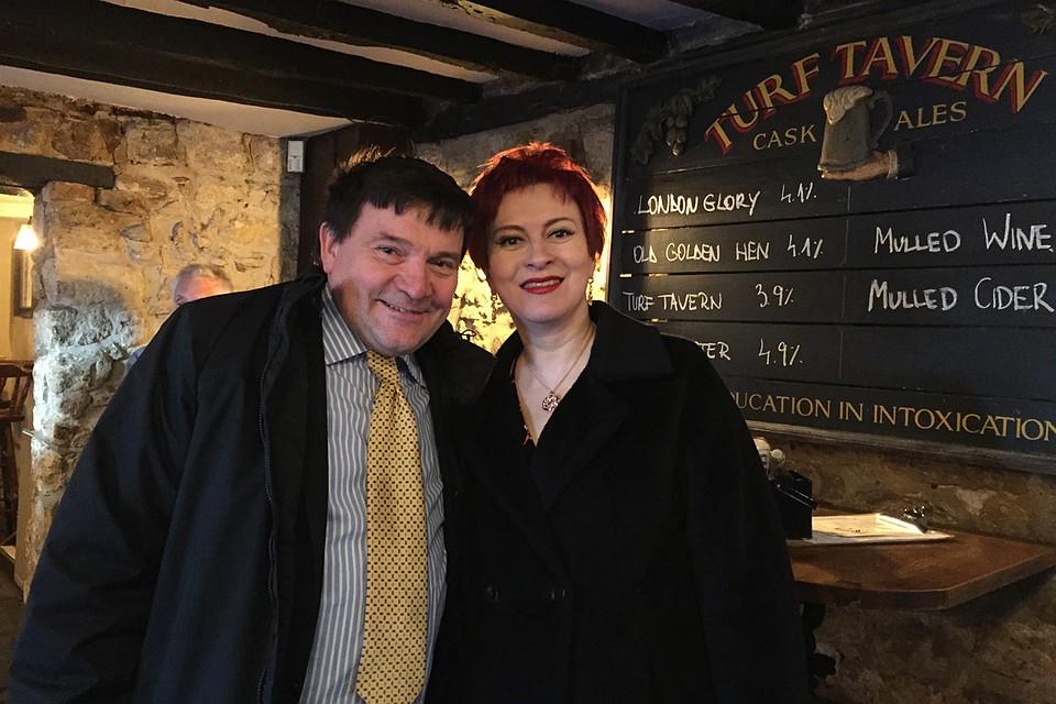 Дарья Асламова с журналистом Нилом Кларком в Оксфордском пабе. Фото: Личный архив Д. Асламовой