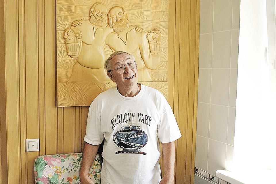 Дом в деревне Козино Олег Андреевич обустраивал своими руками: сам делал мебель, резные панно из дерева. Фото: Александр АНИСЬКИН