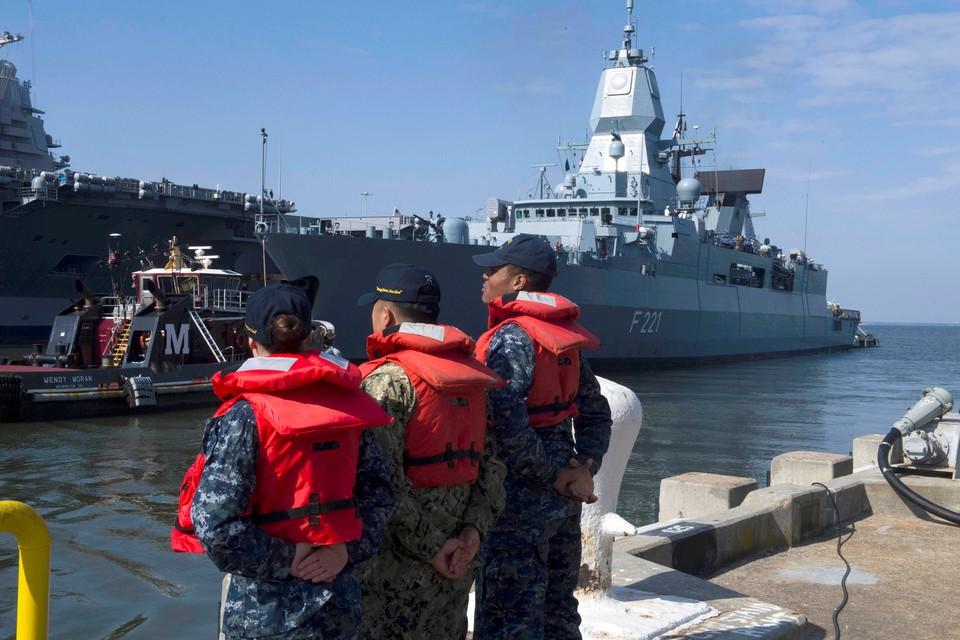 Не дожидаясь результатов дипломатических переговоров, резолюций собеза ООН и исследований ОЗХО, Вашингтон направил в Средиземное море ударную авианосную группу