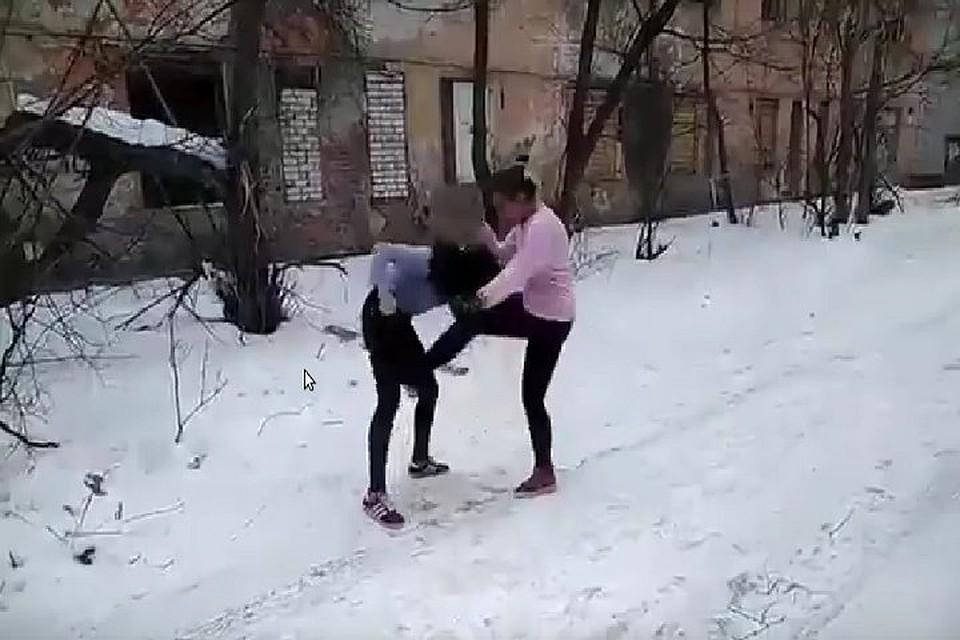 Пацан трахнул девушку зимой, ролики домашний свинг