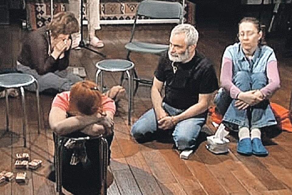 Психолог заставлял пациенток раздеваться на публике и отдавать бриллианты. Фото: youtube.com