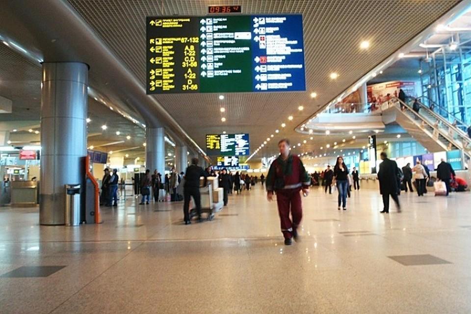 В аэропортах теперь нельзя сидеть на полу и слушать музыку без наушников