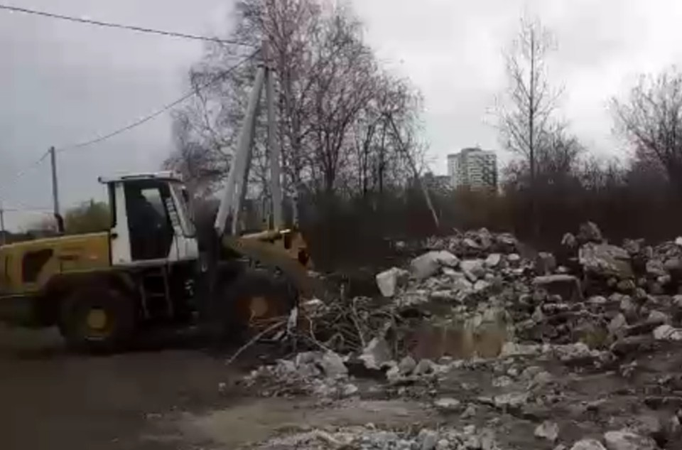 Жители Широкой речки жалуются, что к ним в сады стали свозить осколки взорванной телебашни